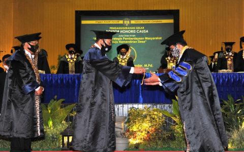 Di UNY hari ini, Menteri Desa PDTT Resmi di Anugerahi Doktor HC. Eko Wiratno : Selamat Pak Menteri.