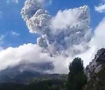 Gunung Merapi Meletus, Tinggi Kolom Erupsi Capai 6.000 meter.